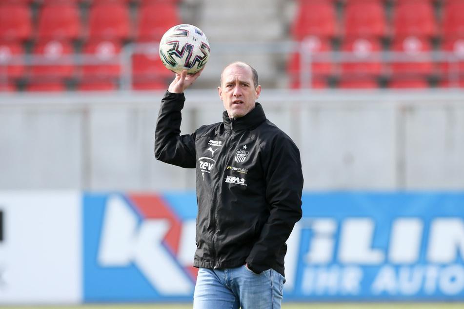Der Ball soll heute ins Ingolstädter Tor: FSV-Coach Joe Enochs (49).