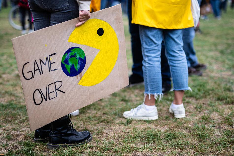 """""""Game Over"""" steht beim globalen Klimastreik der Klimaschutzbewegung Fridays for Future auf dem Plakat einer Teilnehmerin geschrieben."""