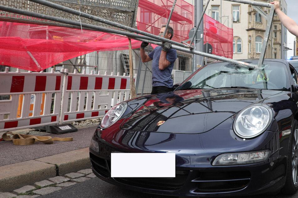 Ein kleines Wunder, dass nicht mehr passierte, niemand verletzt wurde. Das Baugerüst durchschlug die Frontscheibe des Porsche.