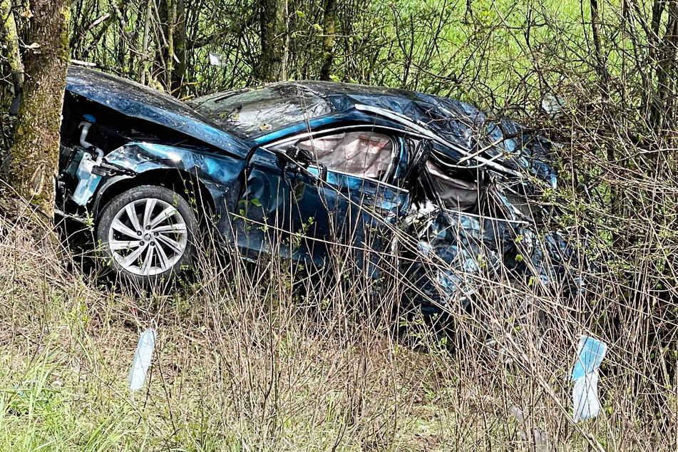 Ein Autofahrer kam am Sonntag von der Fahrbahn der A3 ab, überschlug sich mit seinem Wagen und blieb in einer Baumgruppe stecken.