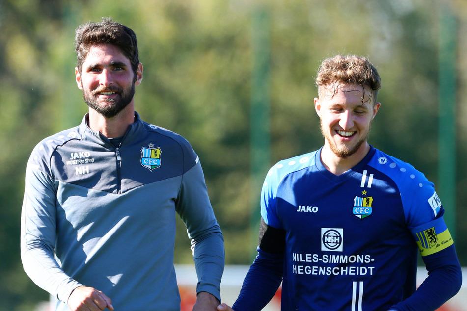 Co-Trainer Niklas Hoheneder (35, l.) beglückwünschte Interimskapitän Tim Campulka nach dem Schützenfest in Grimma.