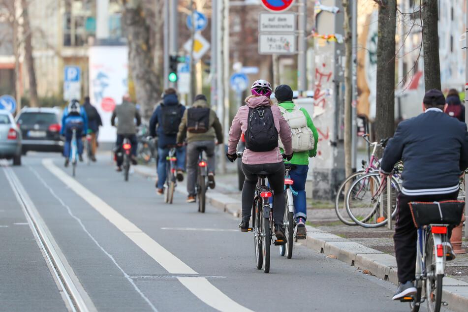 Zwei Radfahrer knallten auf einem Leipziger Radweg frontal gegeneinander. (Symbolbild)