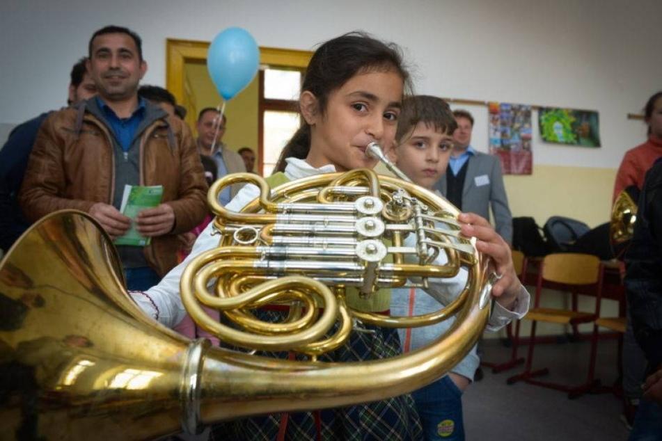 Flüchtlinge machen in der Kirche Blasmusik