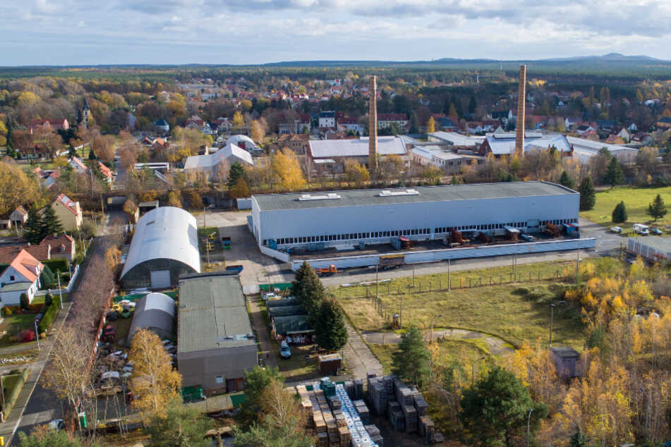 Ein Teil der früheren Produktionsstätte des VEB Sachsenglas Schwepnitz. Wird heute von anderen Firmen genutzt. Im Flachbau (vorn), der früheren Rechenstation, ist heute das DDR-Museum.