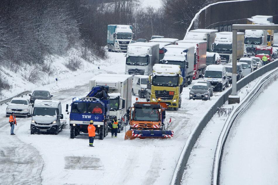 Schnee-Infarkt auf der Autobahn: Hunderte Laster schleppten die Helfer des THW auf der A4 den Brabschützer Berg hinauf.