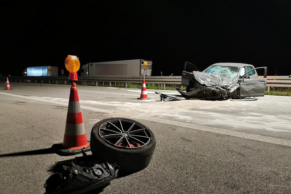 Die Fahrerin des VW konnte nicht mehr reagieren und krachte frontal in das stehende Auto.