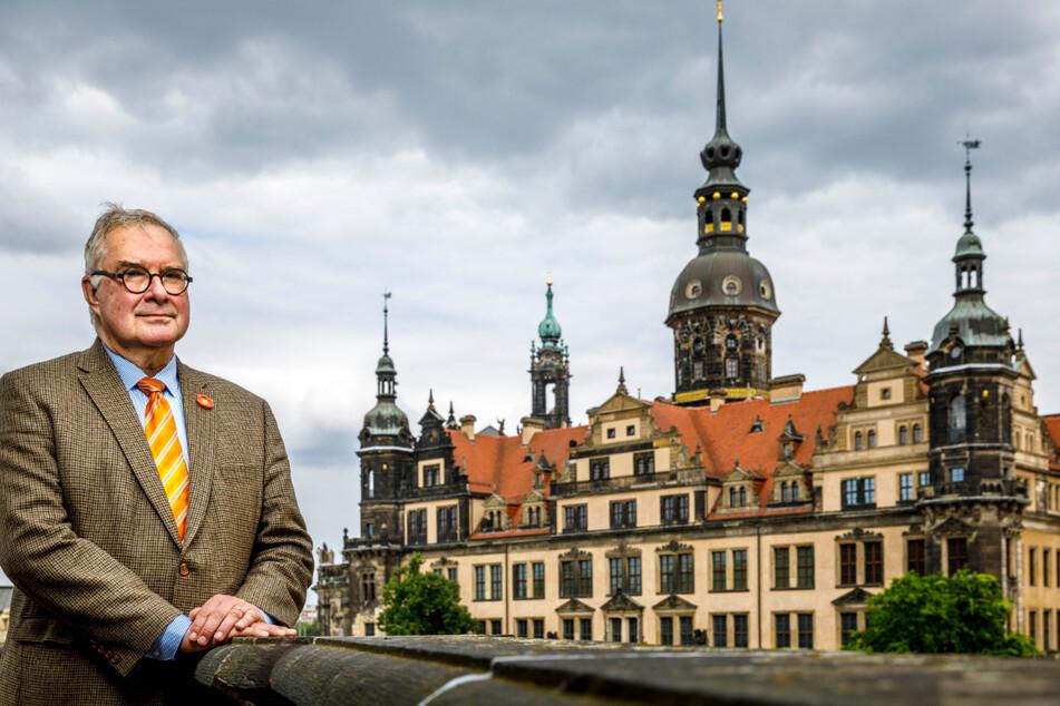 Der scheidende Direktor Dirk Syndram (66) vor dem Dresdner Residenzschloss.