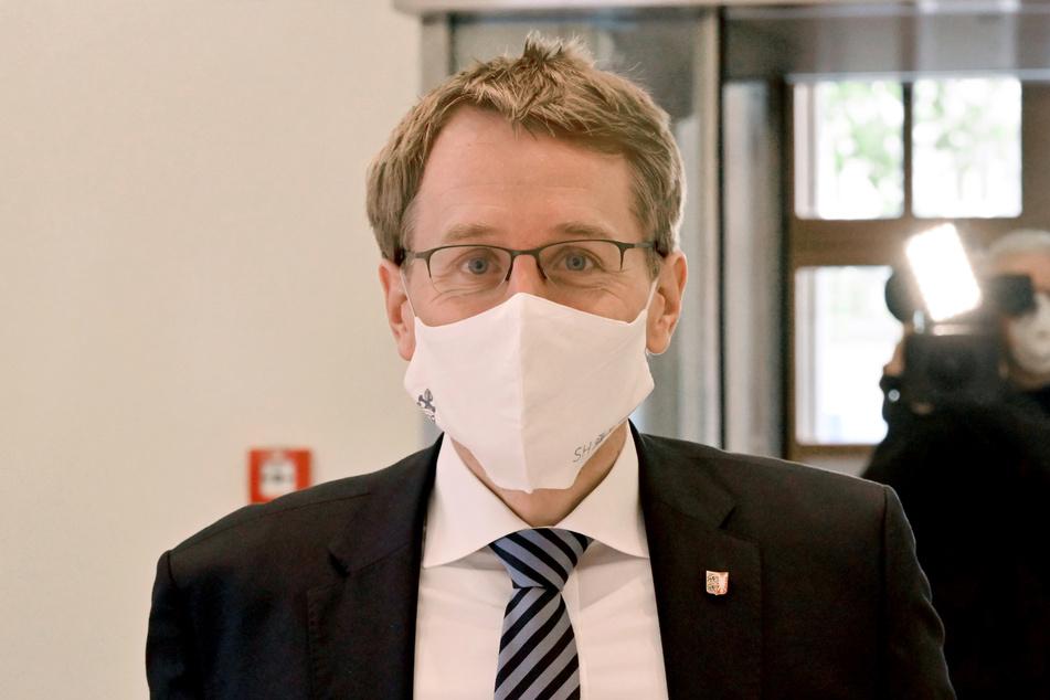 Daniel Günther (CDU), Ministerpräsident von Schleswig-Holstein, kommt mit einem Mund-Nasen-Schutz zur Landtagssitzung.