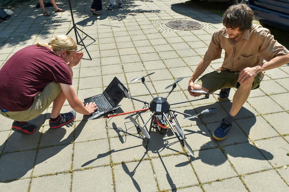 Jakob Maercker (39, l.) und Kollege Christian Pfeifer (39) machen die Drohnen startklar für ihren Einsatz.