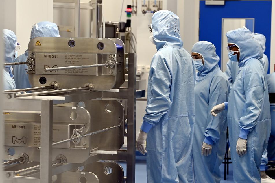 Belgien, Seneffe: Mitarbeiter arbeiten im Rahmen eines Besuchs von EU-Kommissar Breton im Werk von Thermo Fisher, das ein Zulieferer von AstraZeneca für die Produktion des Impfstoffs Covid-19 ist.