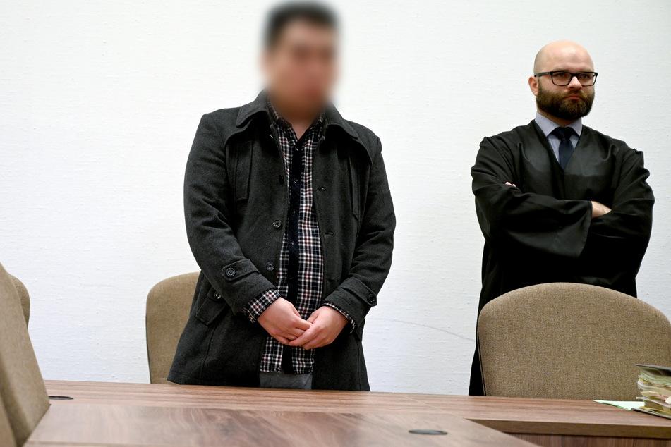 Der Angeklagte (l.) und sein Anwalt stehen in einem Saal des Landgerichts.
