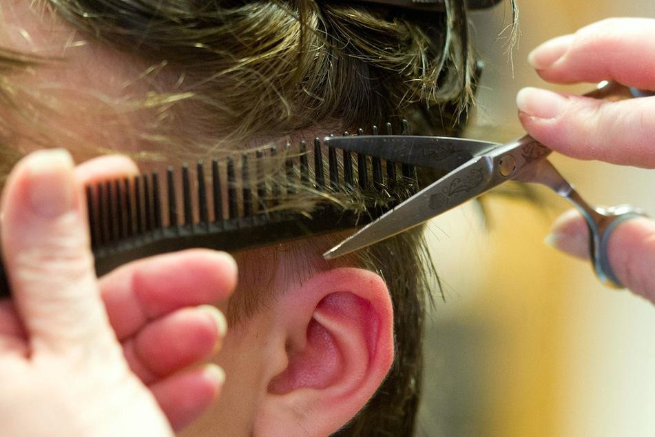 Ein Friseur in Oberfranken versteigert den ersten Termin nach dem Lockdown für den guten Zweck. (Symbolbild)