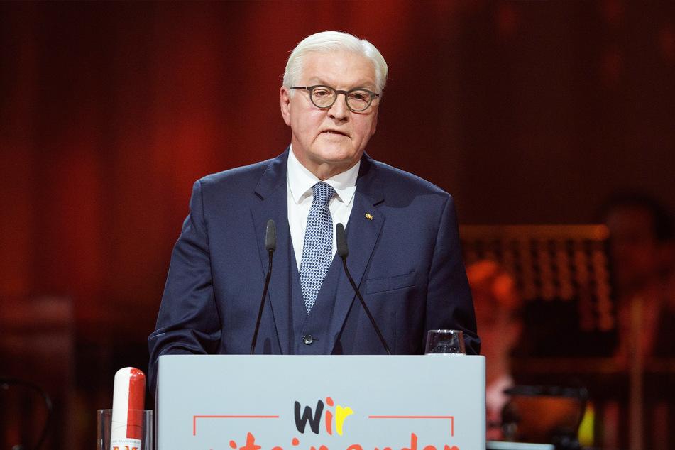 Bundespräsident Frank-Walter Steinmeier (64) spricht auf dem Festakt zum 30. Jahrestag der Deutschen Einheit in der Metropolis-Halle.