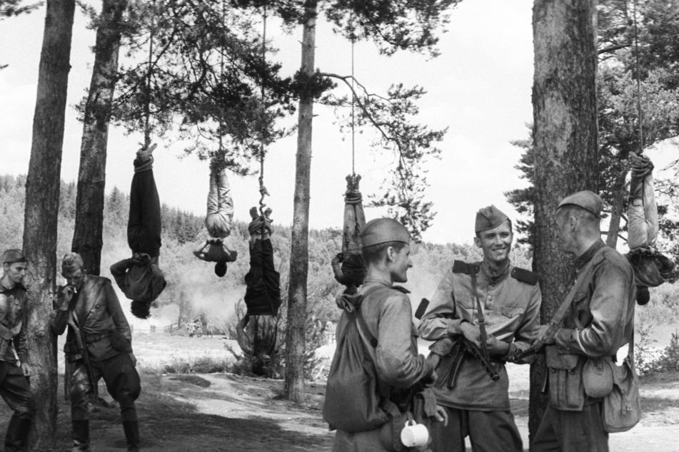 """Menschliche Barbarei ist in """"The Painted Bird"""" an der Tagesordnung. Hier wurden einige Zivilisten von Soldaten kopfüber aufgehängt."""