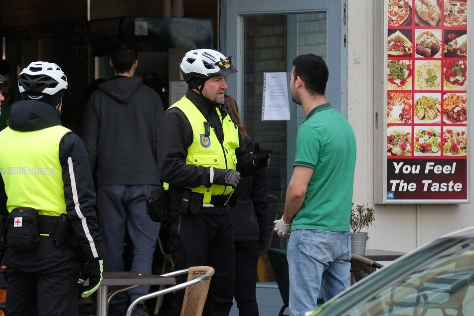 In den vergangenen Tagen musste die Polizei im Leipziger Raum Geschäfte schließen und Fußballspiele sowie Partys unterbinden.