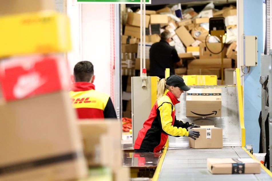 Köln: Zoll kontrolliert Paketlieferdienste im Großraum Köln/Bonn