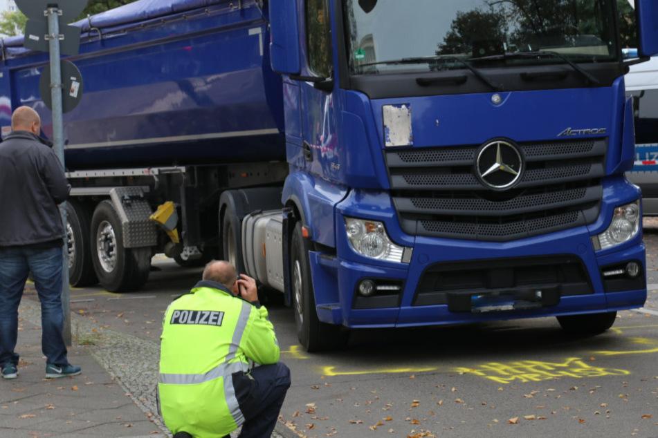 Schon wieder beim Abbiegen: Radfahrer wird von Lkw erfasst und stirbt