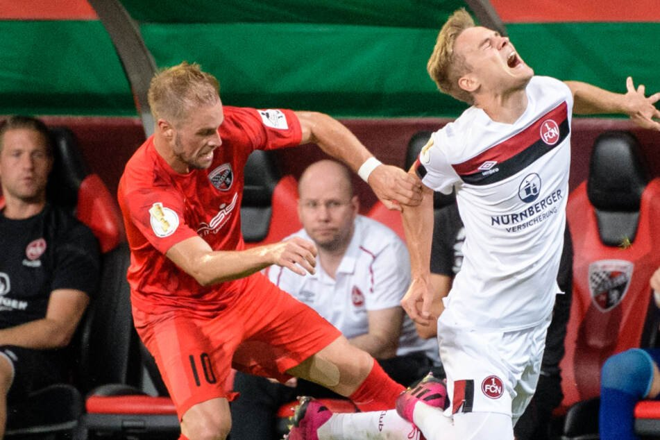 In der ersten Runde des DFB-Pokals trafen Nürnberg und Ingolstadt bereits in dieser Saison aufeinander. Der Club gewann die Partie mit 1:0. Hier foult Maximilian Beister von Ingolstadt (l) den Nürnberger Tim Handwerker.