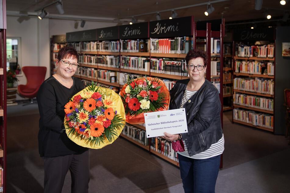 Katja Hieke (l.), Leiterin der Stadtbibliothek Ebersbach-Neugersdorf, bekam Preis und Blumen von ihrer Bürgermeisterin Verena Hergenröder überreicht.