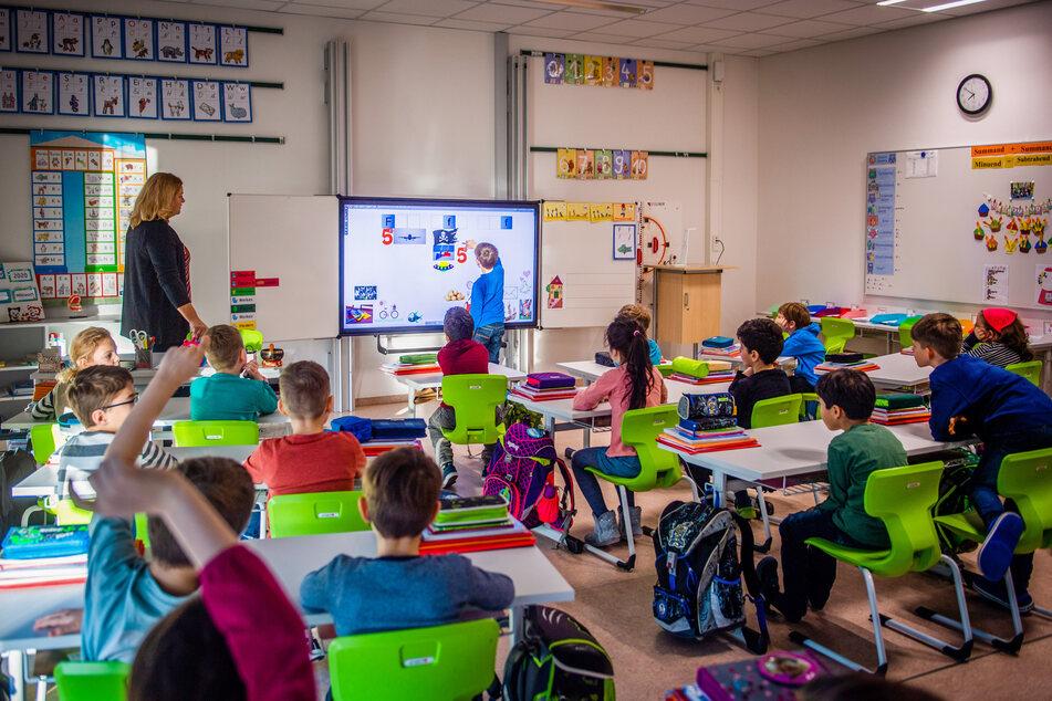 """zu064ch07a: Statt grünen Tafeln kommen in der """"Georgius Agricola""""-Grundschule in Freiberg interaktive Bildschirme zum Einsatz."""