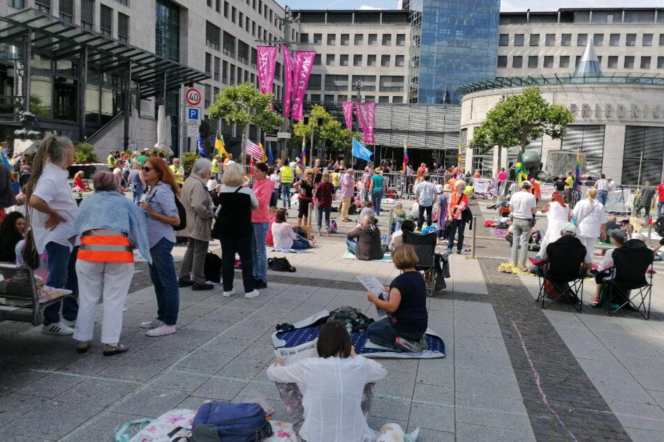 """Teilnehmer der """"Querdenken 711""""-Mahnwache vor dem Friedrichsbau in Stuttgart."""