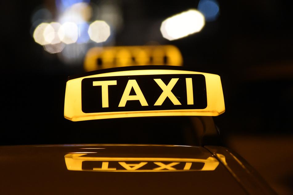 Ein Taxifahrer wurde am Samstagabend in Berlin von einem Unbekannten angegriffen (Symbolbild).