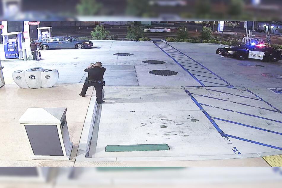 Auf dieser Aufnahme der Überwachungskamera der Tankstelle ist zu erkennen, dass der Verdächtige etwas in der Hand hält und auf den Streifenwagen zielt.
