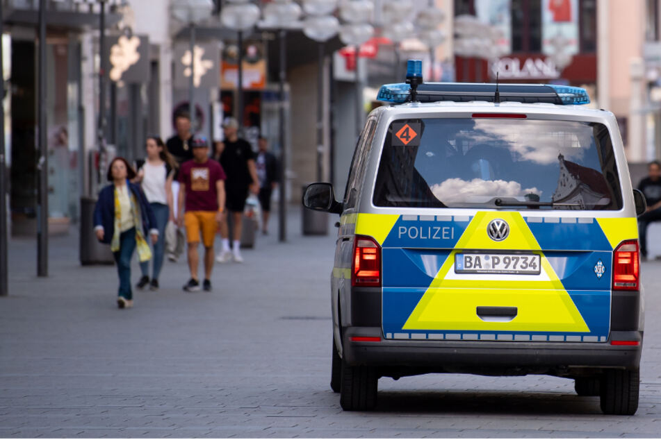 Ein Polizeiauto fährt durch die Münchner Innenstadt. (Symbolbild)