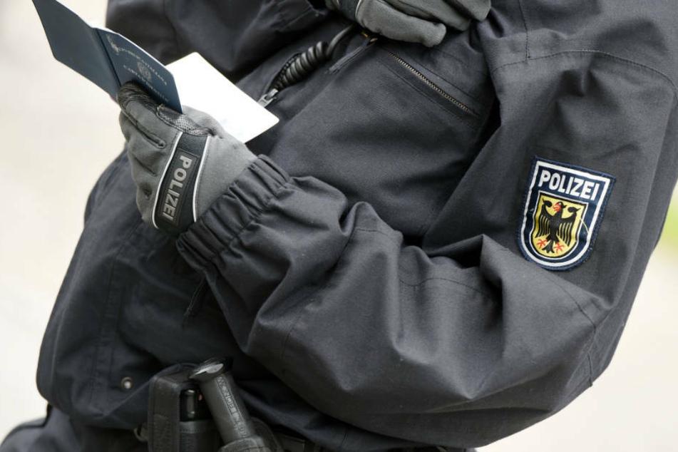 Polizei liest Mann in zwei Bademänteln auf und macht erstaunliche Entdeckung