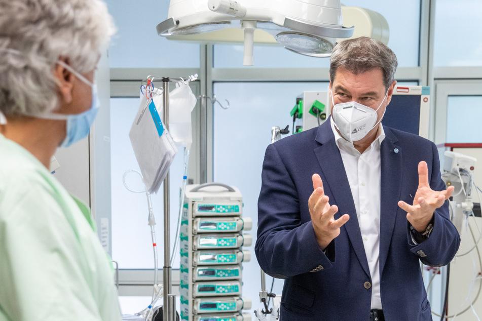 Der bayerische Ministerpräsident Markus Söder (CSU, r.) unterhält sich bei einem Besuch im Klinikum Nürnberg Süd mit Stefan John, dem Oberarzt und Abteilungsleiter der Intensivstation.