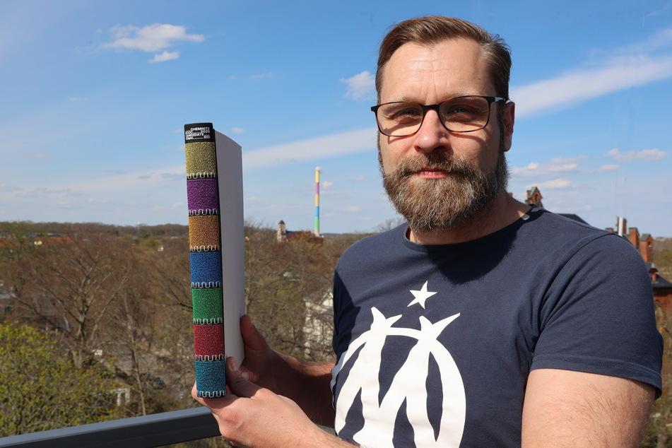 """Buch mit """"Lulatsch""""-Rücken: Ralf Wolfermann (44, Werbeagentur Zebra) war für den Inhalt des """"Bid Book"""" mitverantwortlich. Jetzt gab es Preise für das Werk."""