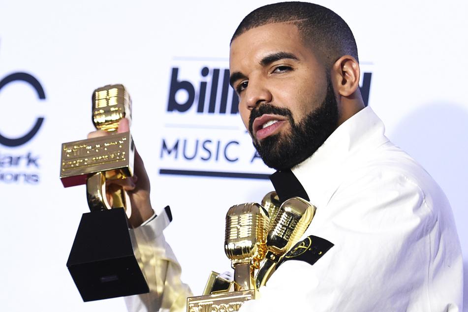 Rapper Drake (33) zeigt während der Billboard Music Awards seine 13 gewonnenen Awards (Archivbild).