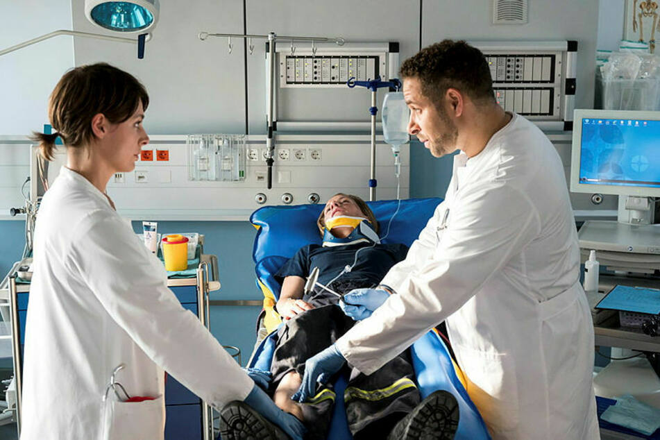 Dr. Theresa Koshka (Katharina Nesytowa, 36) und Dr. Matteo Moreau (Mike Adler, 43) am Bett der verletzten Feuerwehrfrau.