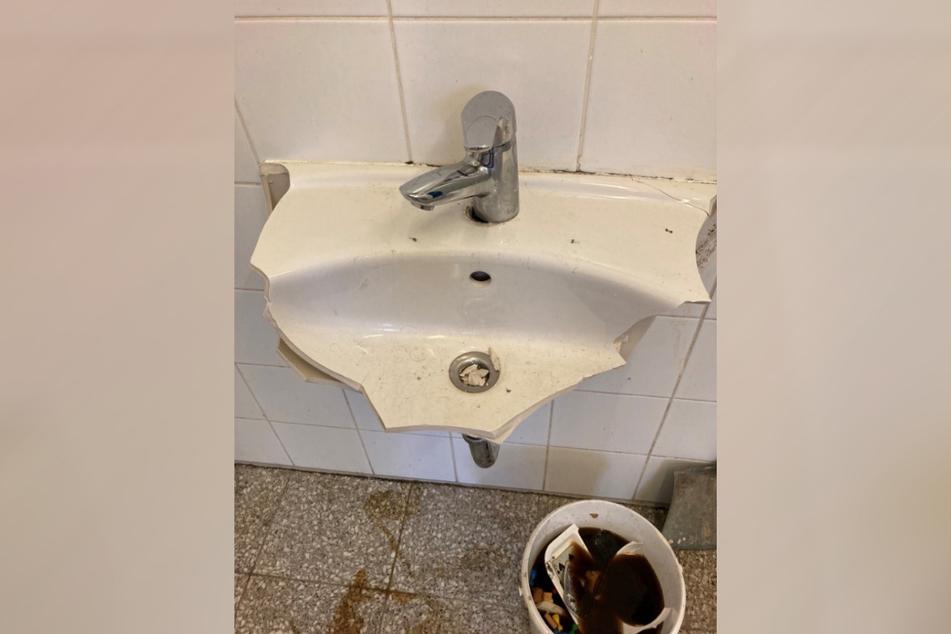 Ein Waschbecken wurde von den randalierenden Männern komplett zerstört.