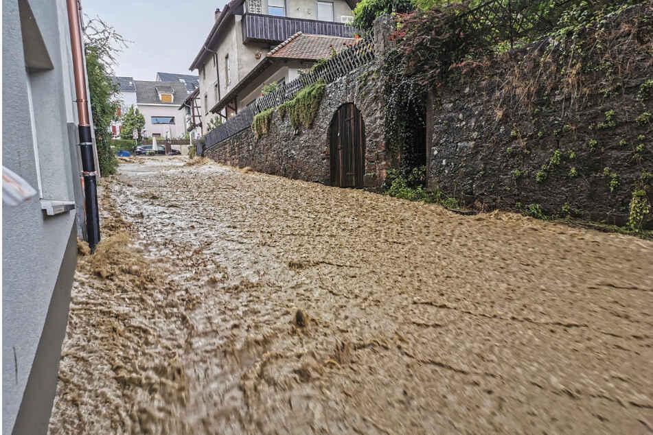 Wasser strömt nach einem Unwetter am Freitag durch Lörrach-Tumringen. Die Wassermassen sind nach einem heftigen Gewitter die Lucke und den Tüllinger Berg heruntergelaufen und haben diverse Keller volllaufen lassen.