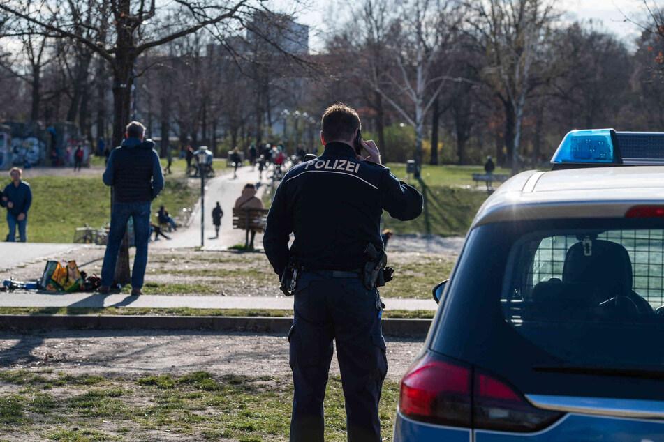 Radfahrer bricht sich im Volkspark Friedrichshain das Genick, Angehörige unter Schock