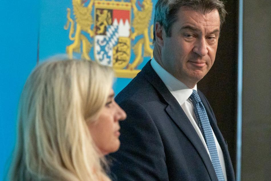 Melanie Huml (l, CSU), Staatsministerin für Gesundheit und Pflege, und Markus Söder (CSU), Ministerpräsident von Bayern, nehmen an einer gemeinsamen Pressekonferenz zur aktuelle Entwicklungen an den Corona-Teststationen für Reiserückkehrer teil.