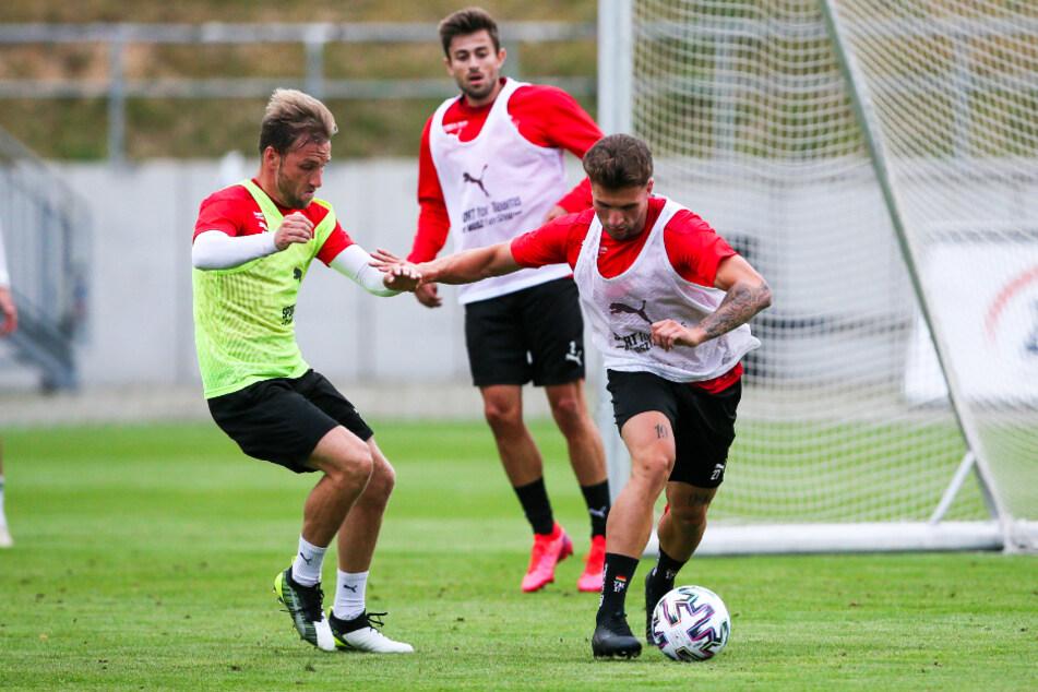FSV-Neuzugang Yannik Möker (r.) schirmt den Ball beim öffentlichen Training vor Mike Könnecke ab.