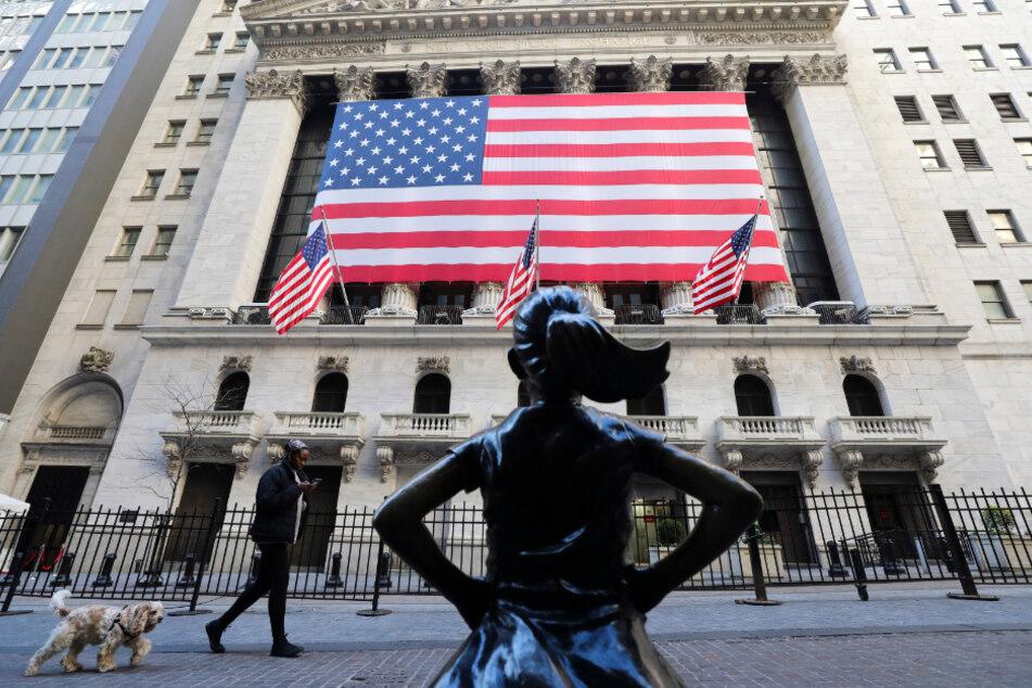USA: An der Vorderseite der New Yorker Börse hängt eine US-Flagge. Der Dow Jones Industrial konnte sich im Laufe der Woche einigermaßen erholen.
