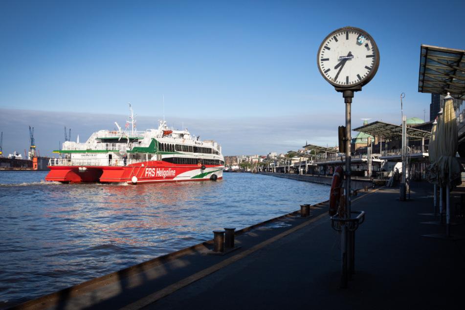 """Die High-Speed Fähre """"Halunder Jet"""" fährt von den Hamburger Landungsbrücken nach Helgoland."""