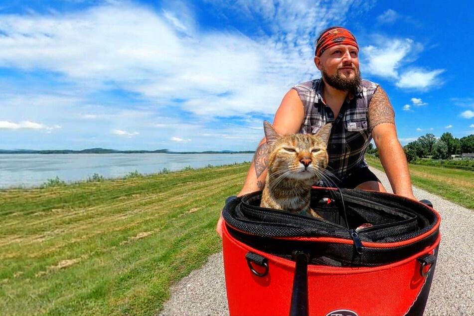 Katze an Bord: Mann beradelt mit seiner besten Freundin die ganze Welt