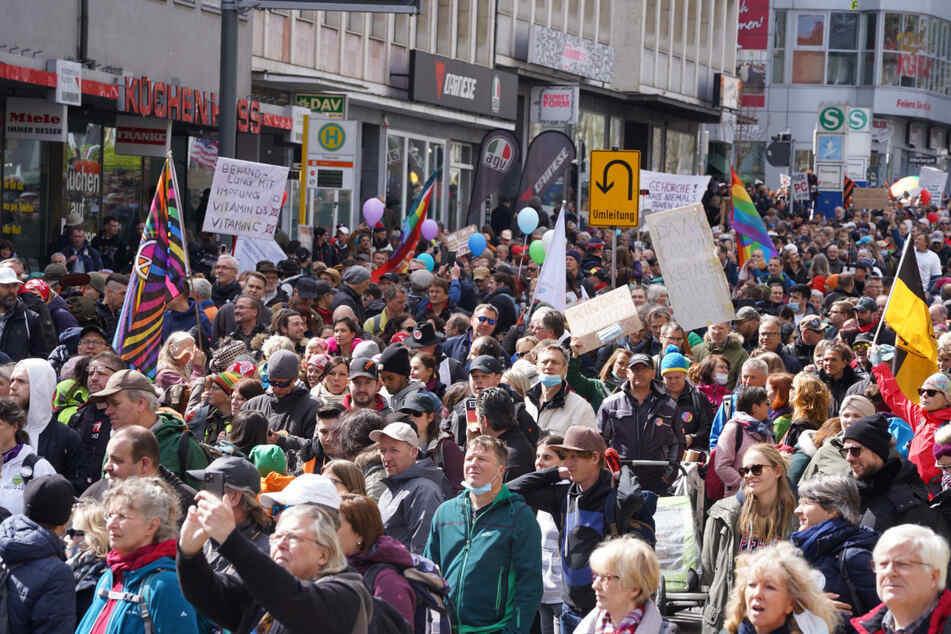"""Am 3. April marschierten Zehntausende Corona-Leugner durch Stuttgart. Um solche Szenen zu vermeiden, verbietet die Stadt Dresden eine geplante """"Querdenker""""-Demonstration."""