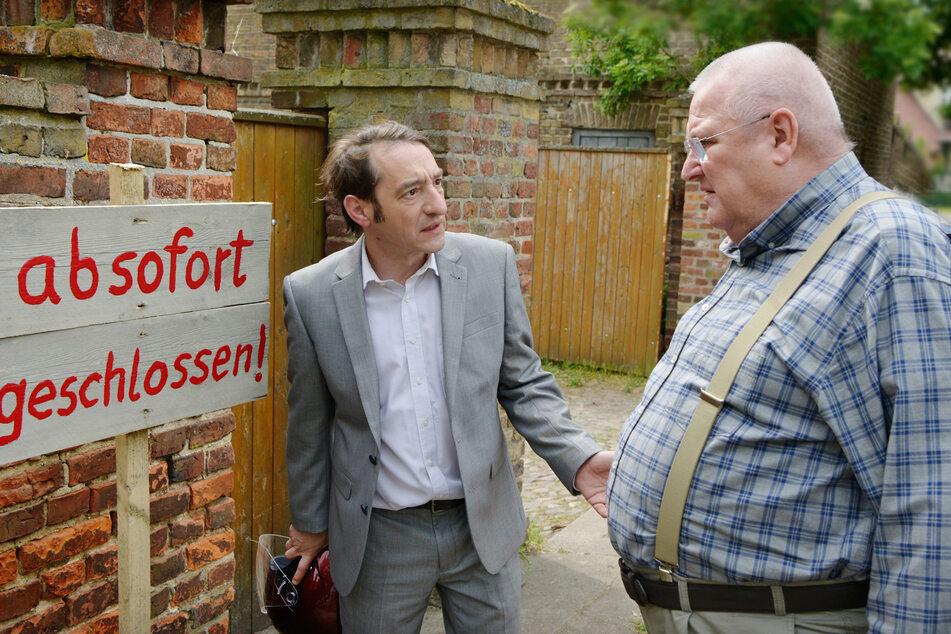 Bürgermeister Stübner (Boris Aljinovic) will den Verkauf des Gasthofs von Horst Krause (Horst Krause, re.) verhindern - das war 2018.