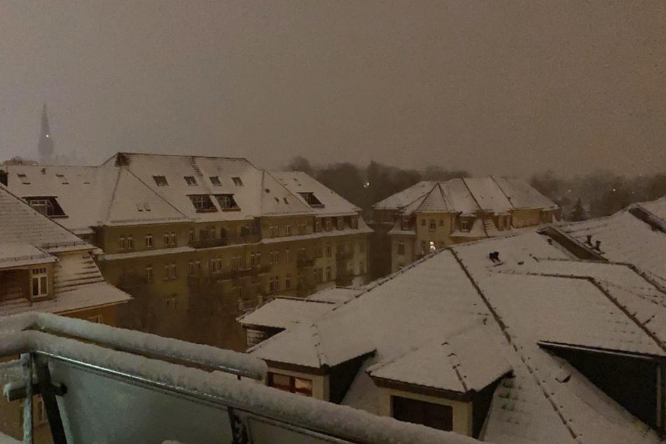 Friedlich liegt das kühle Weiß über den Dächern der Neustadt.