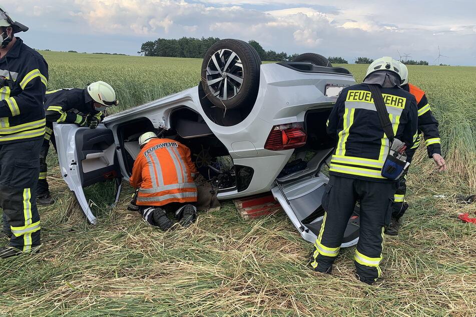Die Feuerwehr am Wrack des verunfallten VW Polos.