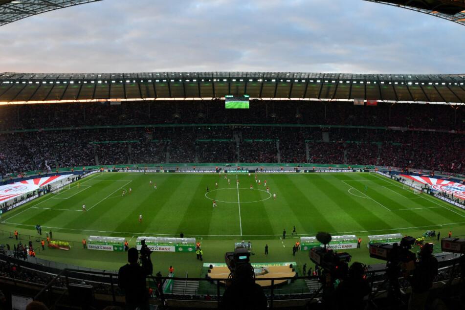 Blick von der Tribüne auf das Spielfeld im Berliner Olympiastadion.