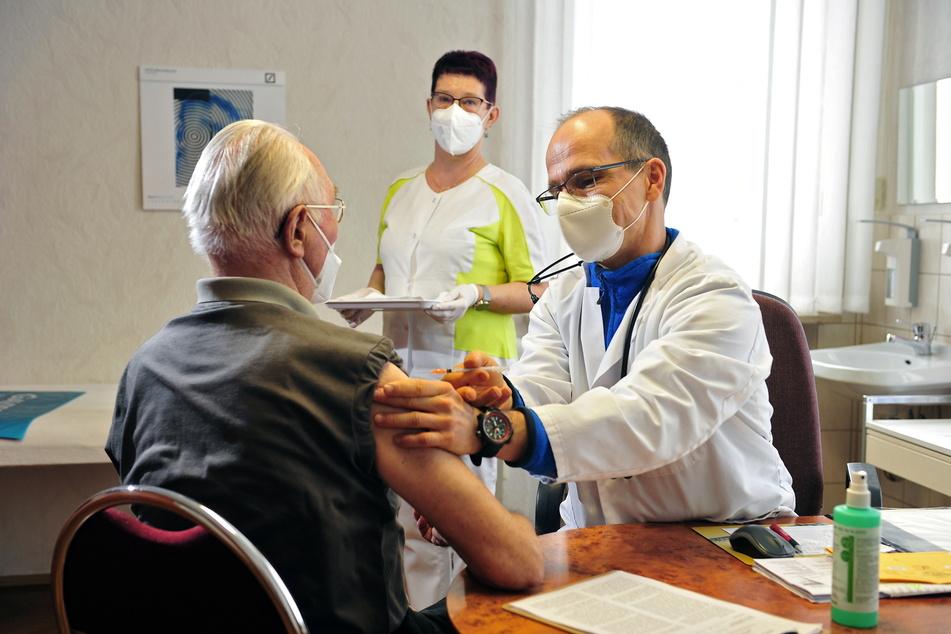 Gegen Corona: Facharzt Matthias Roth (47) impft in seiner Praxis Rentner Johannes Hückel (87).