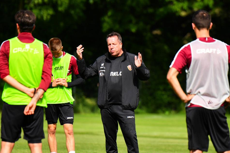 Für Einheiten auf dem Trainingsplatz hat Coach Markus Kauczinski (2.v.r) mit seinen Jungs in dieser Woche kaum Zeit.