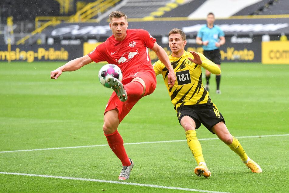 Leipzigs Abwehrspieler Willi Orban (28, l.) und Dortmunds Stürmer Thorgan Hazard (28). Ein Duell, was es am Donnerstag durchaus wieder geben könnte.