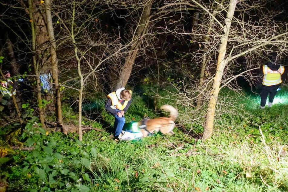 Polizeibeamte untersuchen mit einem Spürhund die Fundstelle in Berlin-Buch.